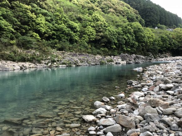 民宿殿山の前の川