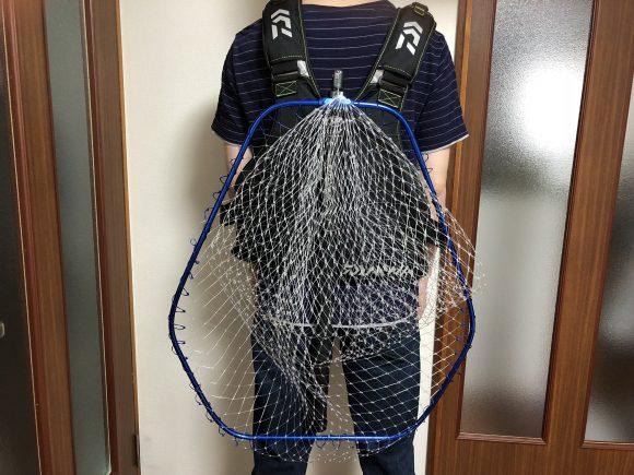 タモ網を背負う
